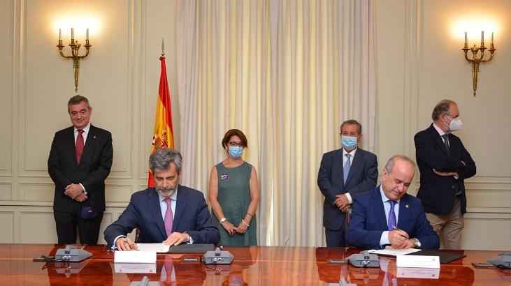 Carlos Lesmes, presidente del Tribunal Supremo y Ricardo Mairal, rector de la UNED, firman el convenio.